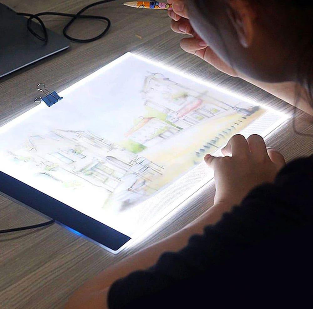 L'utilisation d'une table lumineuse permet de faciliter l'encrage du dessin.