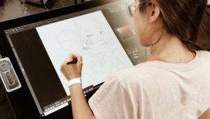 Scendre dessine sur une tablette graphique Cintiq 32HD